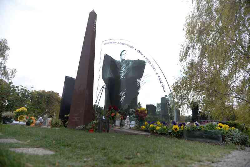 Das Grab von Falco ist seit seinem Tod 1998 zur Pilgerstätte für Fans geworden.