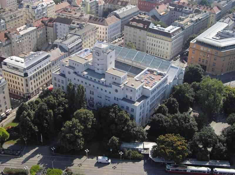 Das Luftbild zeigt, wie sehr das Amalienbad mit seiner Architektur am Reumannplatz raussticht.Das Luftbild zeigt, wie sehr das Amalienbad mit seiner Architektur am Reumannplatz raussticht.