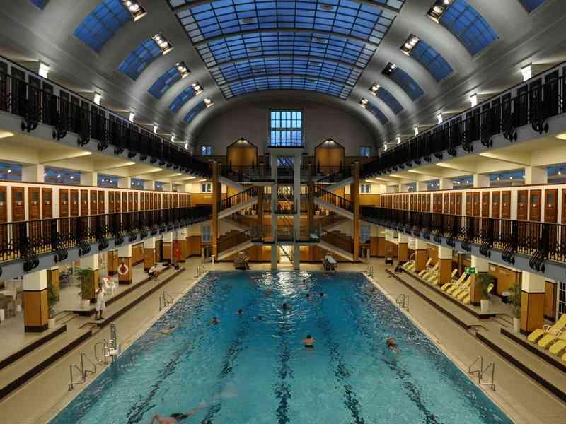 Das Innere des Amalienbads zeigt sich im Art déco Stil.