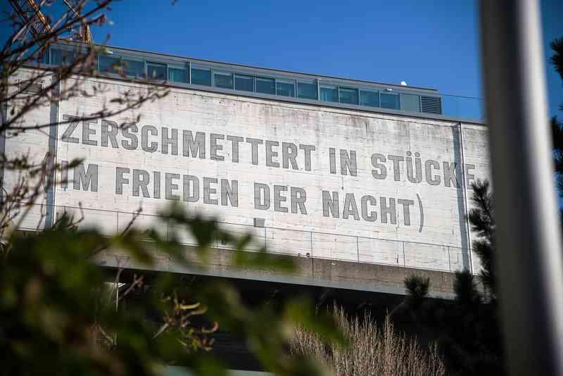 Ein Anti-Kriegs-Spruch wurde Anfang der 90er auf dem Falkturm angebracht.