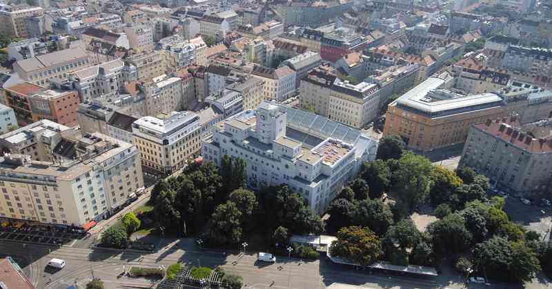 Das Luftbild zeigt, wie sehr das Amalienbad mit seiner Architektur am Reumannplatz raussticht.