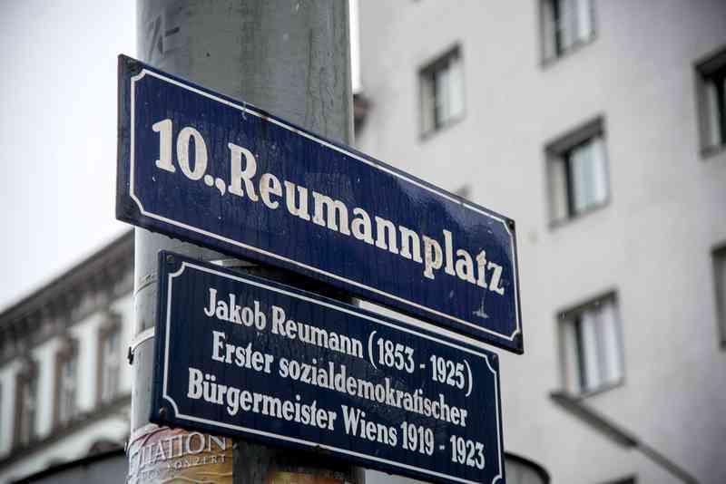 Ein Schild weist auf den Namensgeber hin, Jakob Reumann.