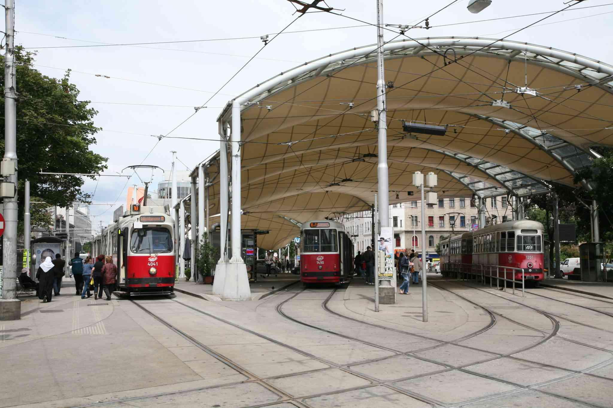 Der geringste Abstand zwischen zwei Haltestellen befindet sich zwischen Urban-Loritz-Platz und Burggasse, Stadthalle.