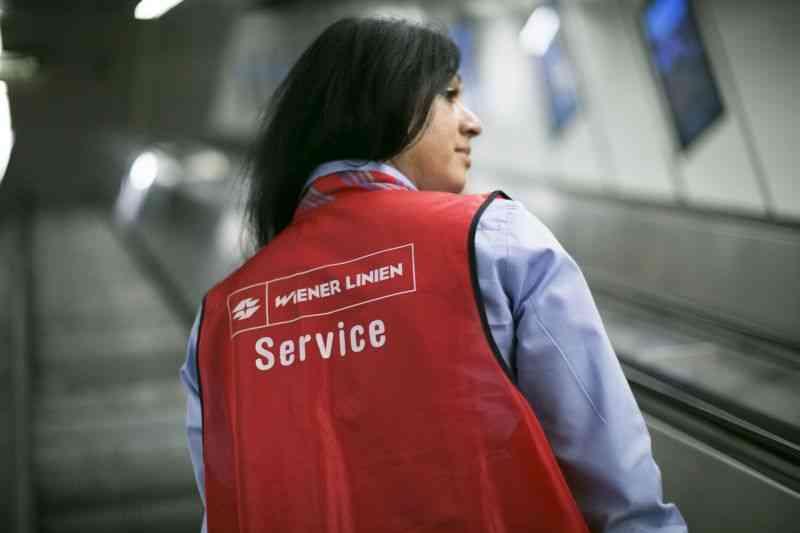 """Die Service-MitarbeiterInnen sind an ihren roten Warnwesten mit der Aufschrift """"Service"""" zu erkennen."""