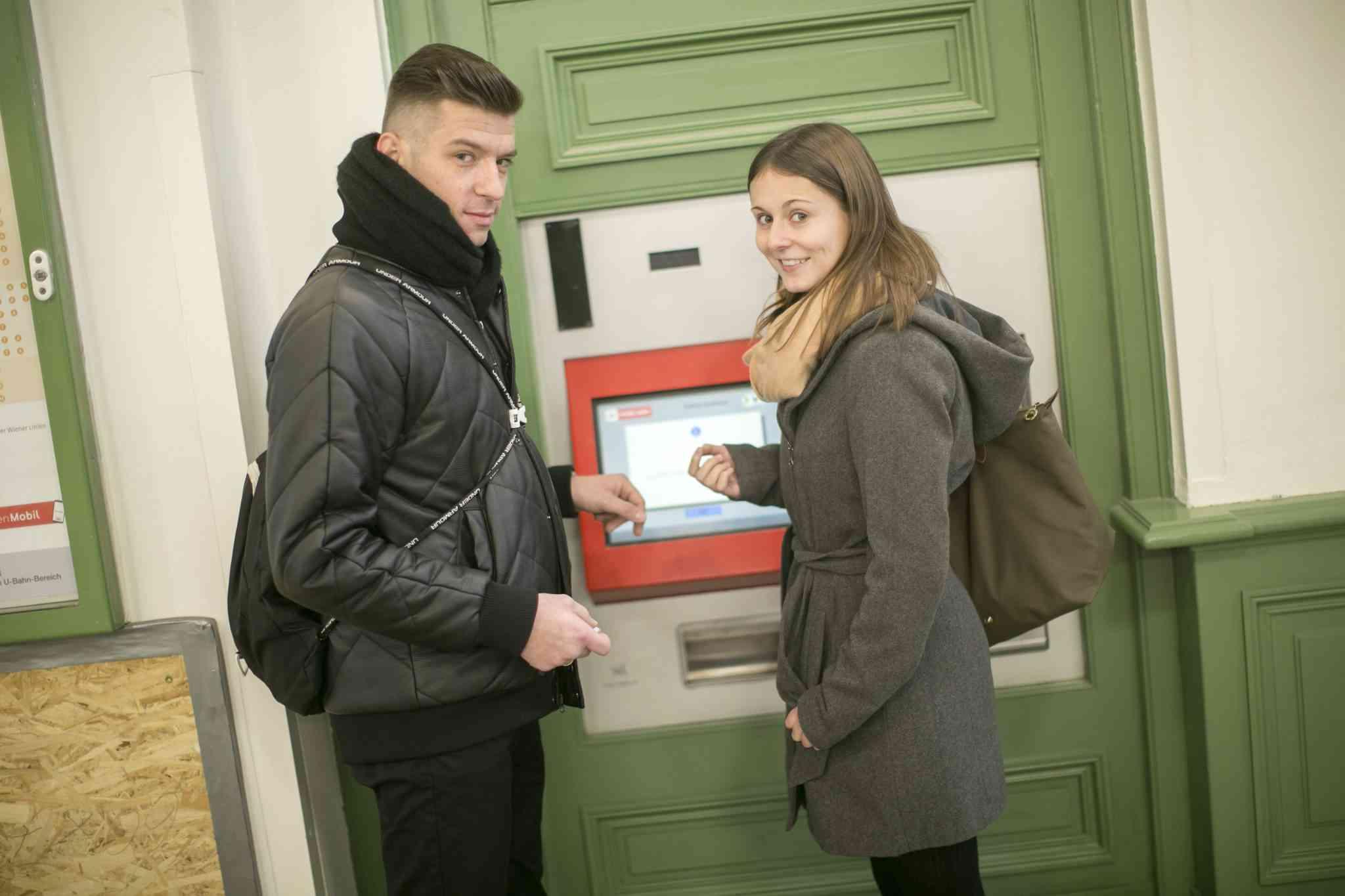 Kontrolleure helfen auch bei der Bedienung von Ticketautomaten.