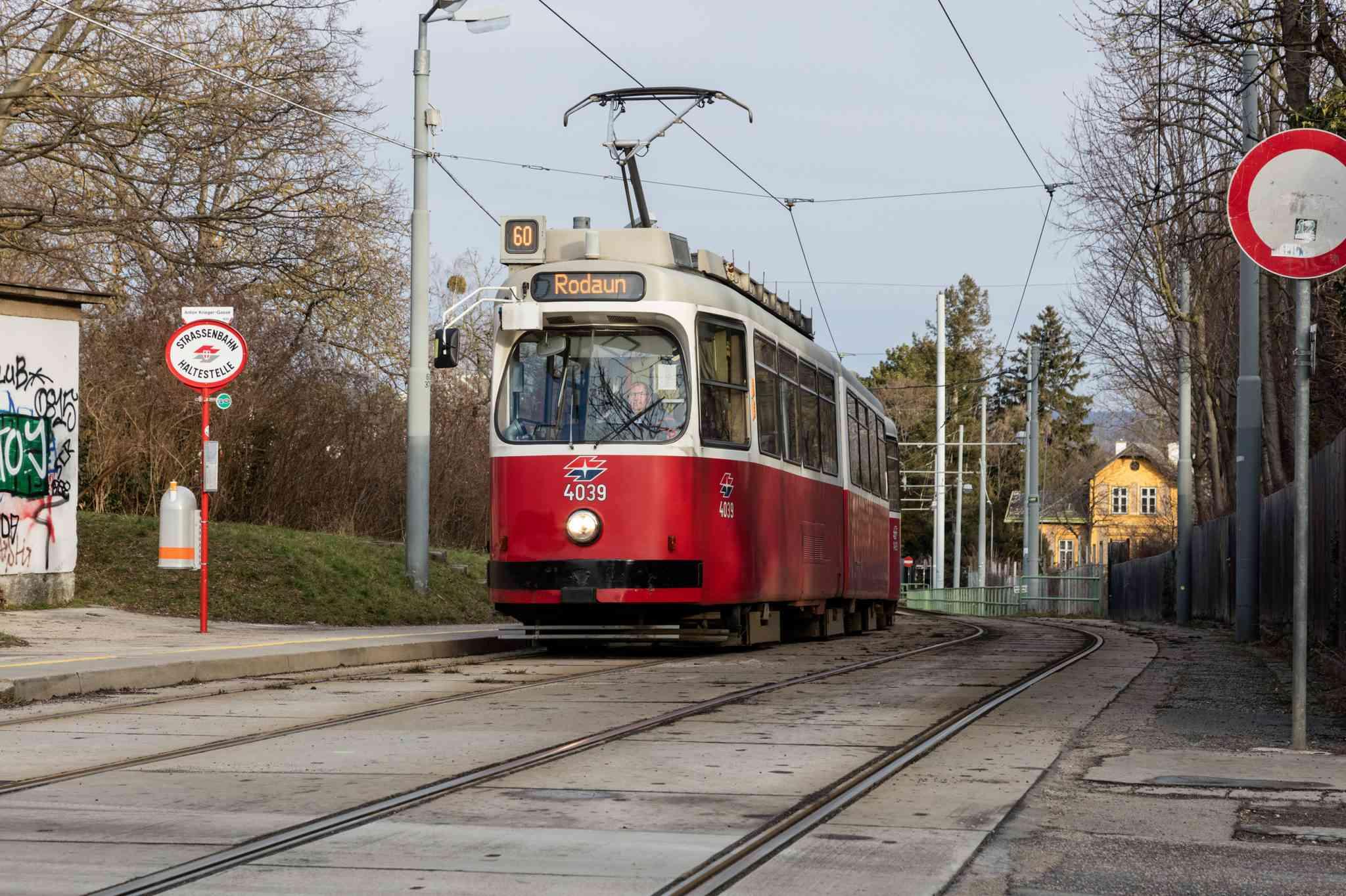 Die Linie 60 im 23. Bezirk in der Anton-Krieger-Gasse.