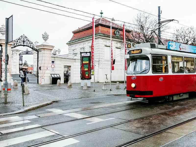 Der D-Wagen bringt die Fahrgäste auch beim Schloss Belvedere vorbei.