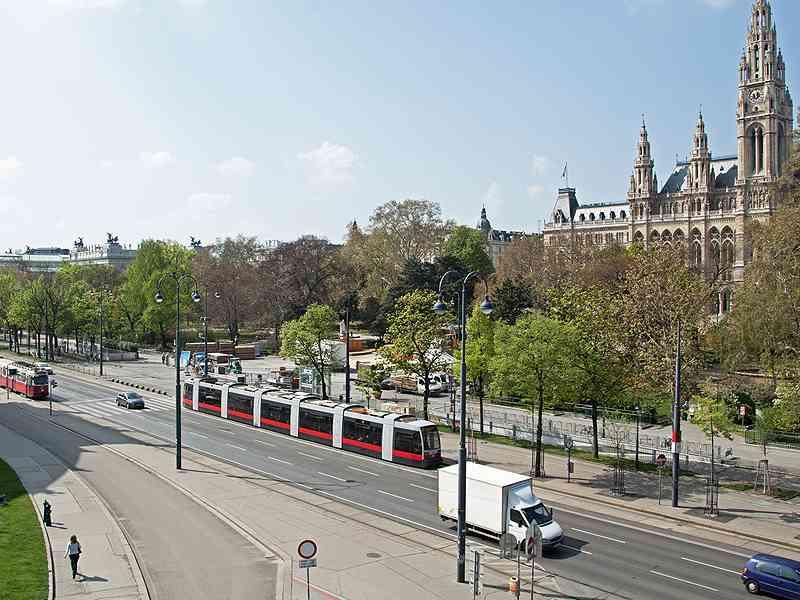 Die Linie D am Ring auf Höhe des Rathauses und des Burgtheaters.