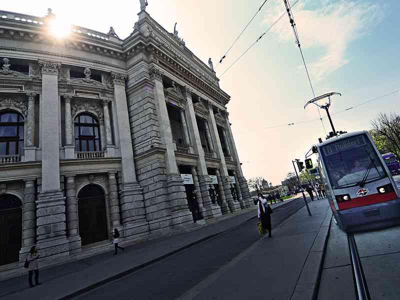 Die Linie D fährt den Ring entlang vorbei am Burgtheater.