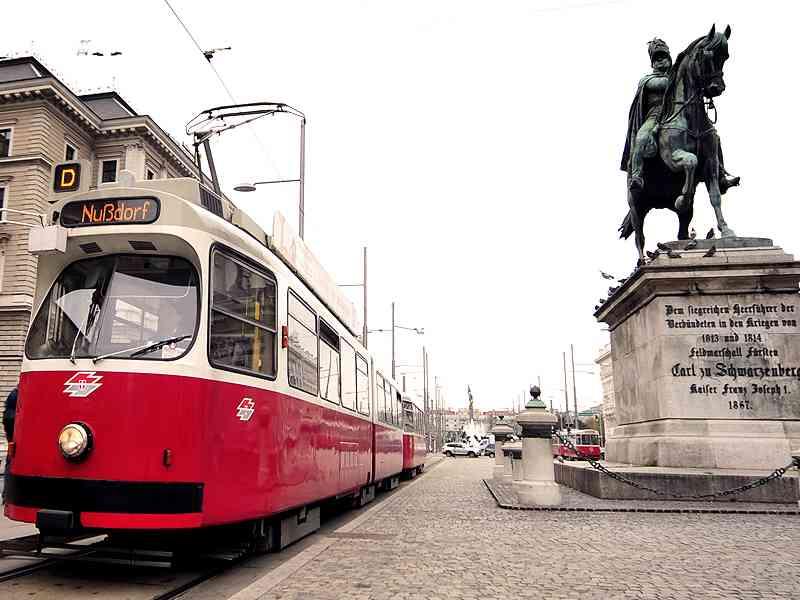 Der D-Wagen am Schwarzenbergplatz neben dem Reiterdenkmal Carl zu Schwarzenberg.