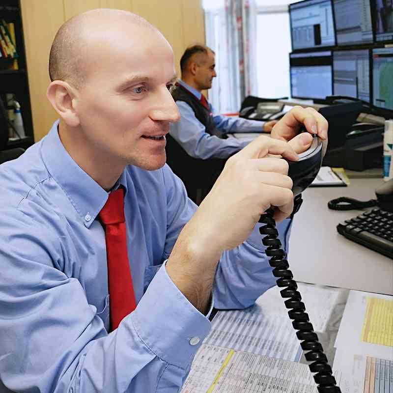 Ein Mitarbeiter der Fahrgastinformation beim Einsprechen einer Live-Durchsage