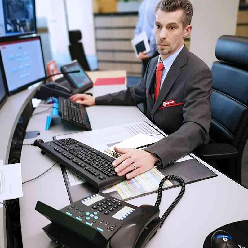 Der Supervisor überprüft das System, mit dem seine KollegInnen arbeiten