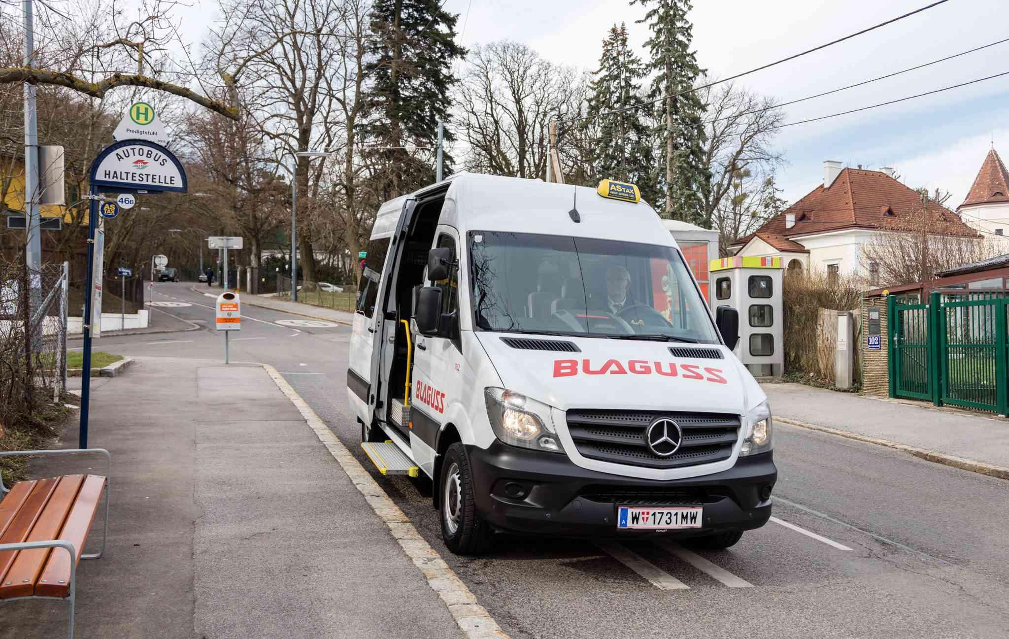 Das Anruf-Sammel-Taxi (kurz: ASTAX) verbindet Gebiete außerhalb mit dem Wiener Öffi-Netz.