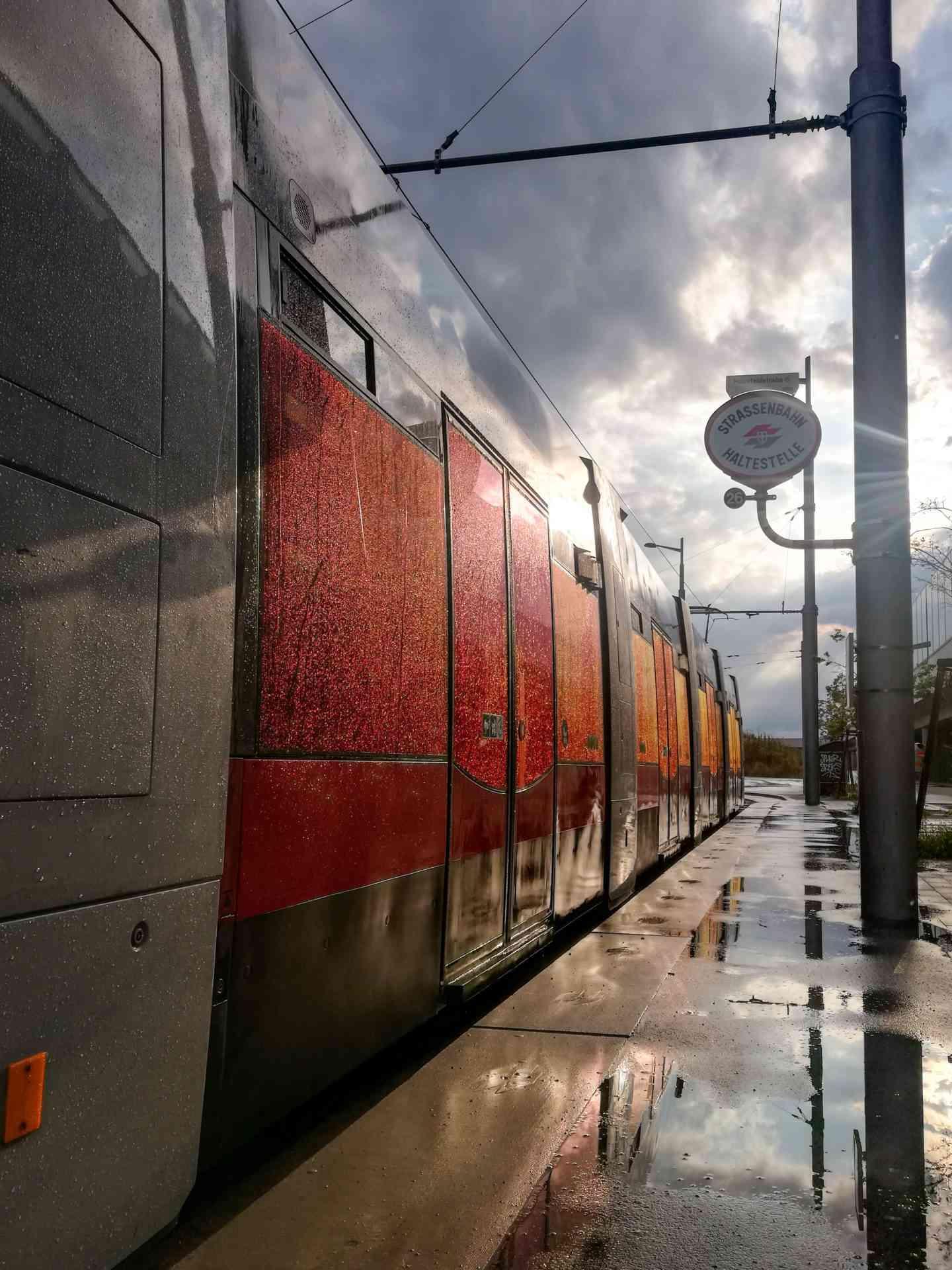 Farbspiegelung der ULF Straßenbahn Fensterfolienscheiben nach einen Regenfall in der Hausfeldstraße