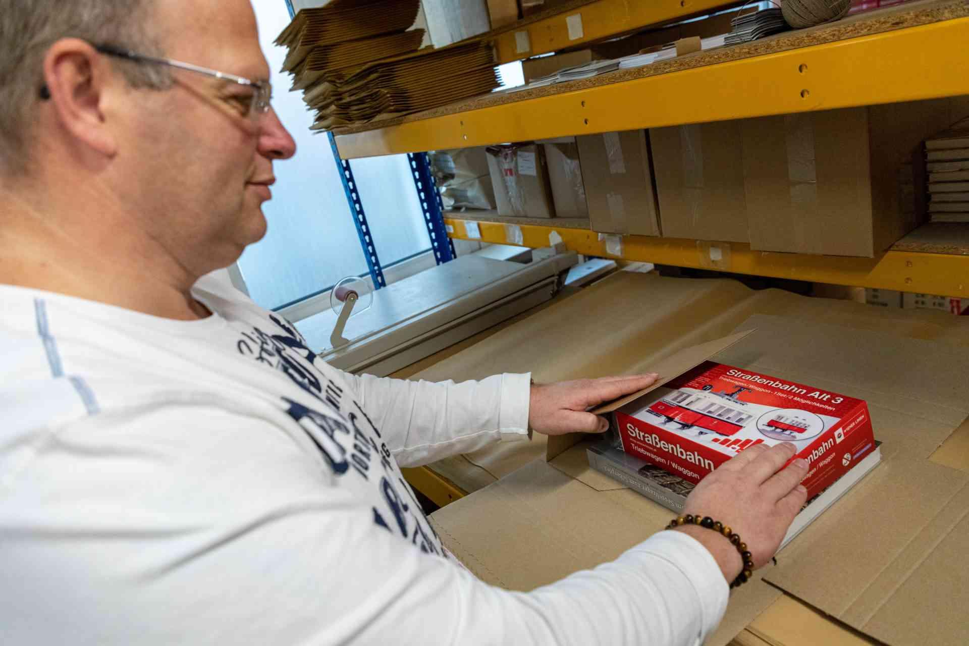 Erich achtet besonders darauf, dass die Waren sicher verpackt sind