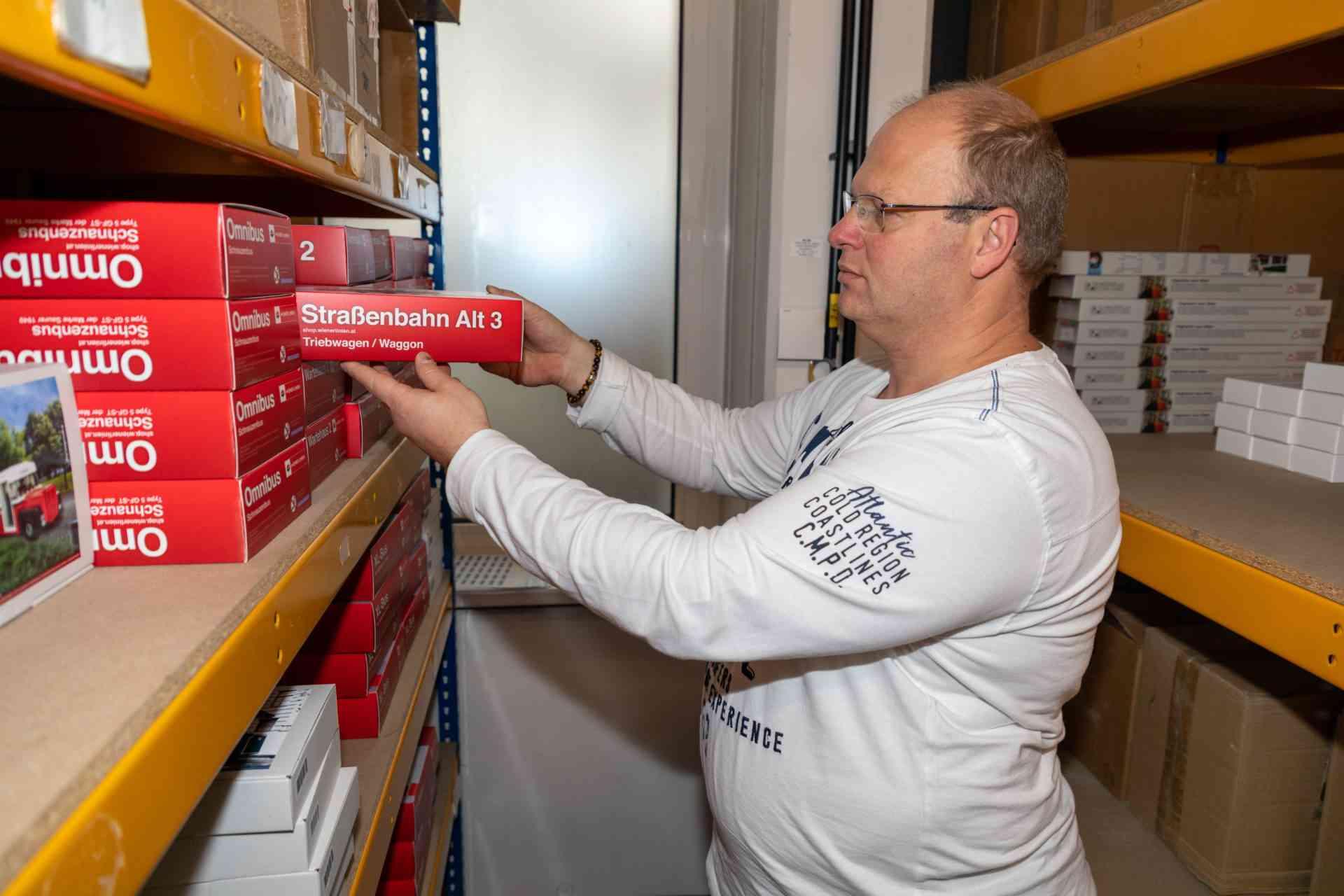 Zielstrebig geht Erich die Regale ab und sammelt die bestellten Artikel ein