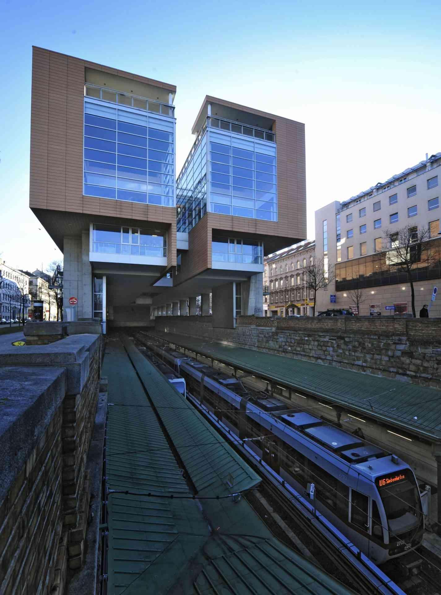 Direkt über der U6-Station Burggasse/Stadthalle befindet sich die Hauptbücherei.
