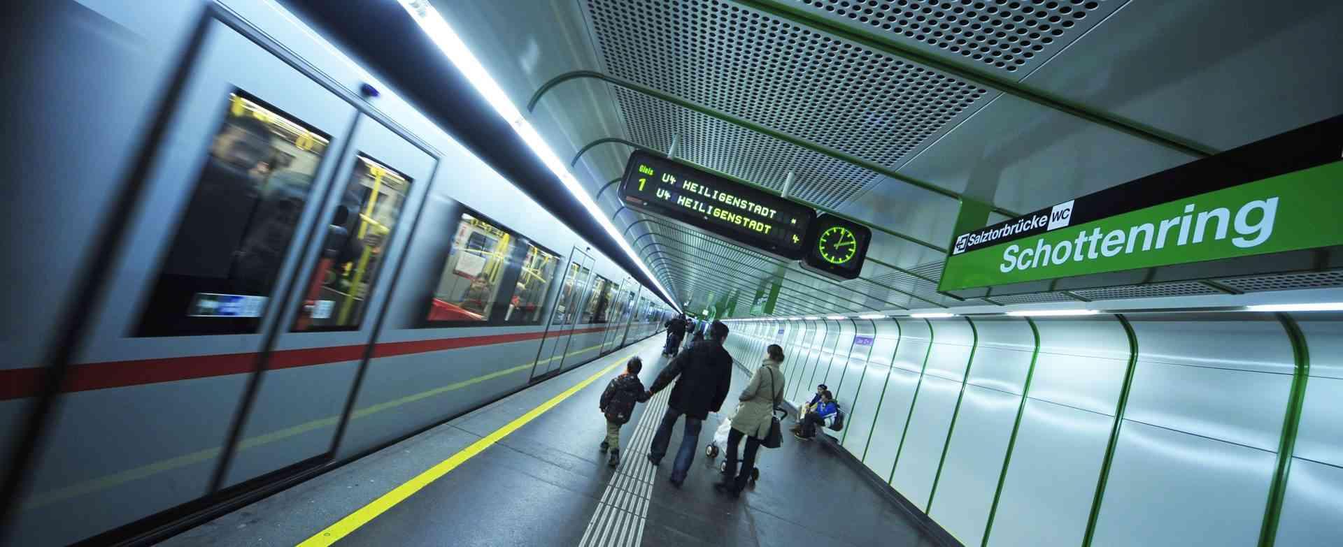 Die U4 kreuzt am Schottenring die U2.