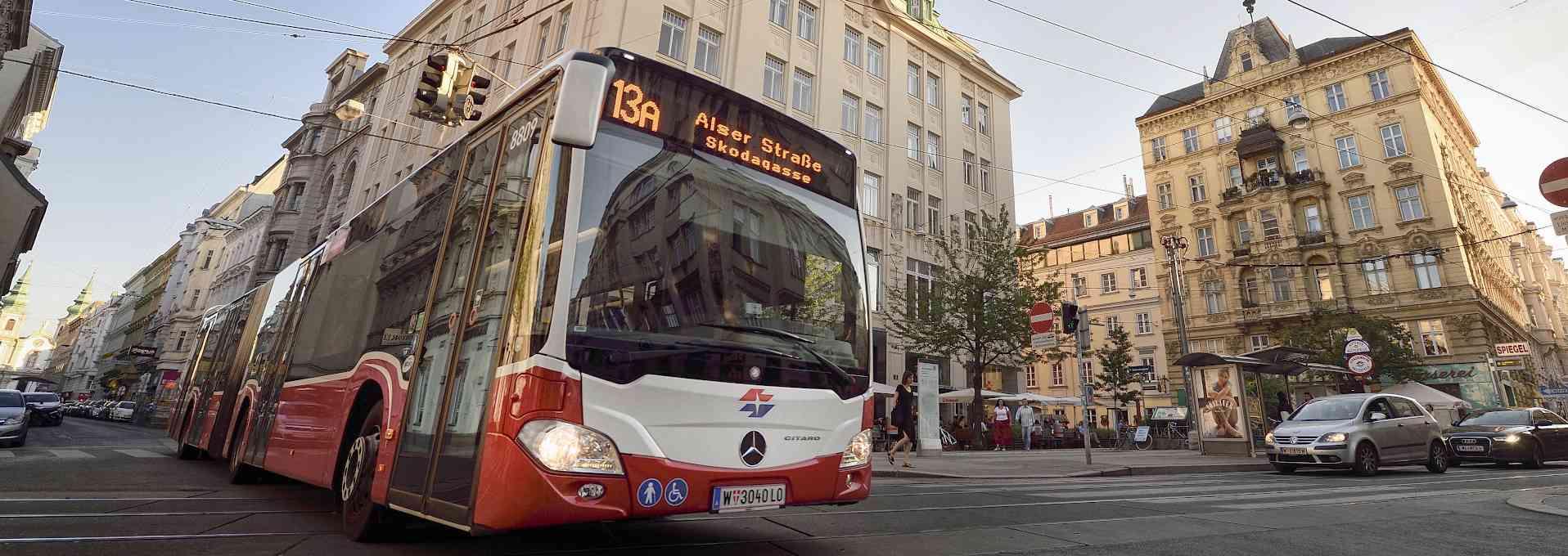 Autobus der Linie 13A am Siebensternplatz.