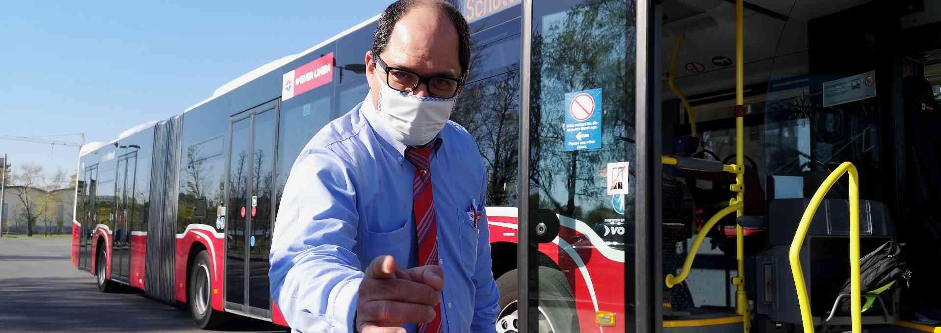 Einer unserer BuslenkerInnen mit Nasen-Mund-Schutz.