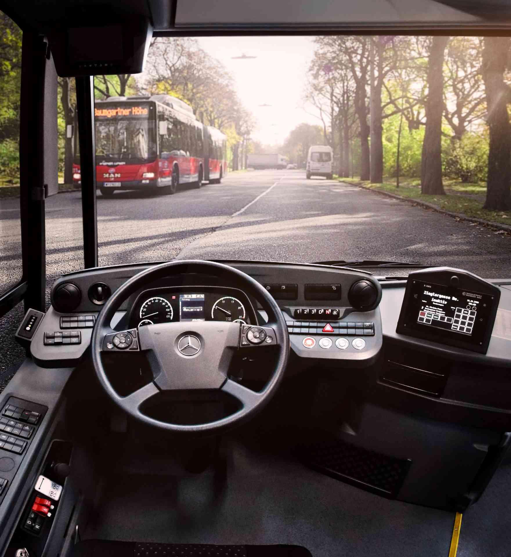 Die Fahrerkabine: Der Arbeitsplatz unserer BuslenkerInnen, von dem aus sie alles im Blick haben und für die Fahrgäste da sind.