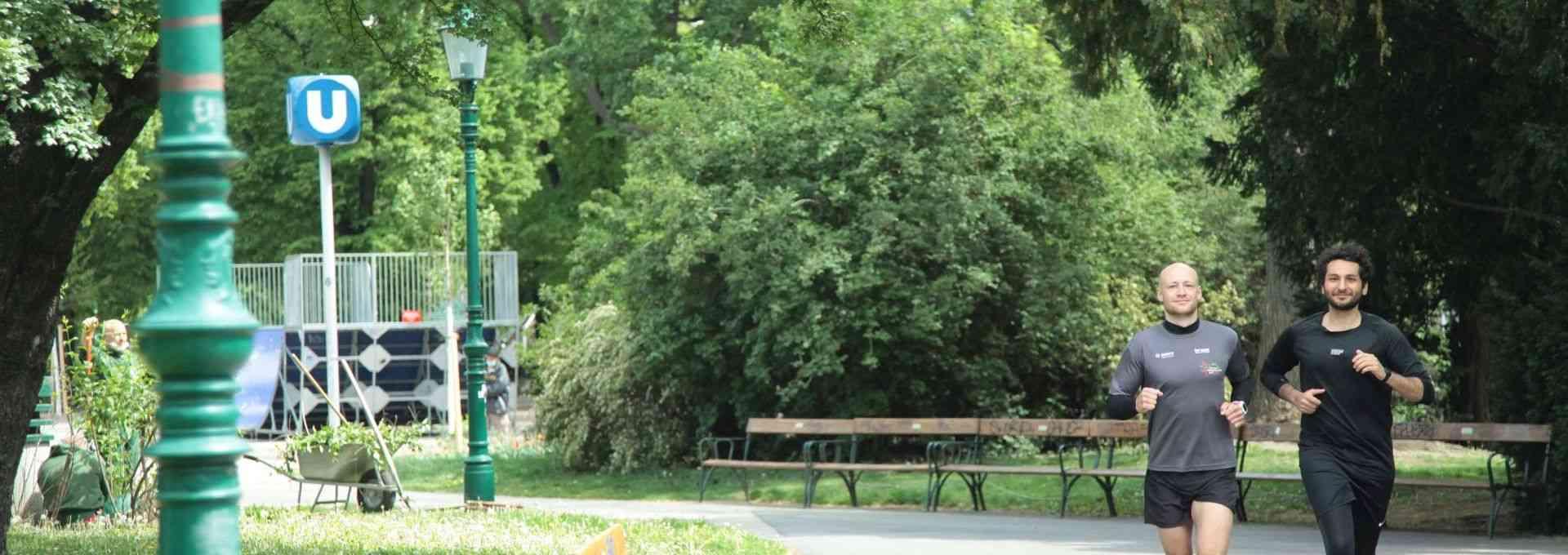 Julian und Burak im Stadtpark auf einer ihrer Wiener-Linien-Laufstrecken.