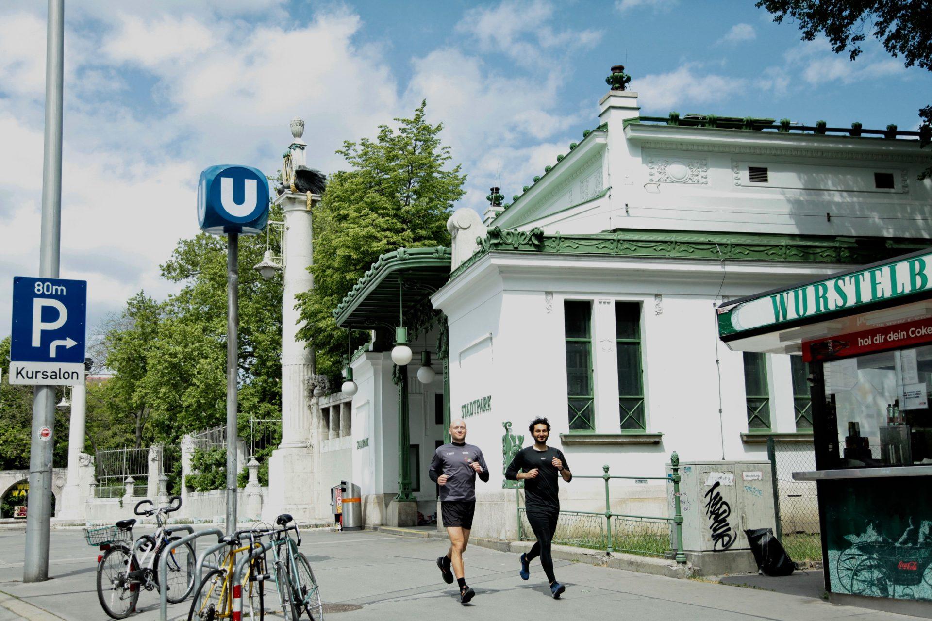Julian und Burak vor der Station Stadtpark, den man bei der U3-Laufstrecke durchqueren kann.
