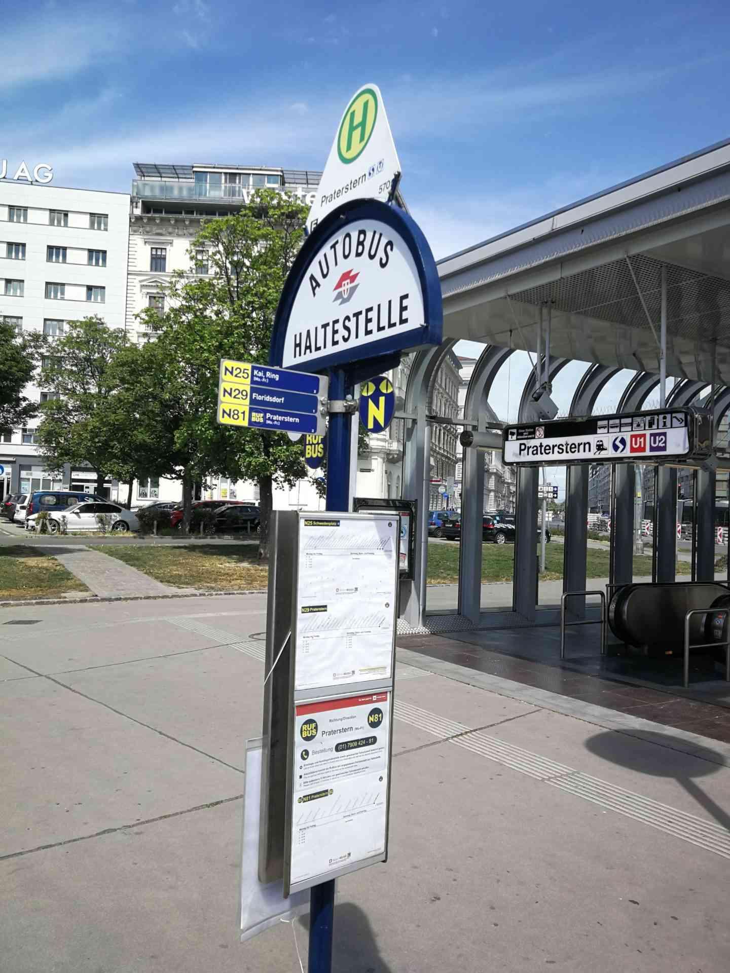 Die Rufbus-Haltestelle bei der Station Praterstern.