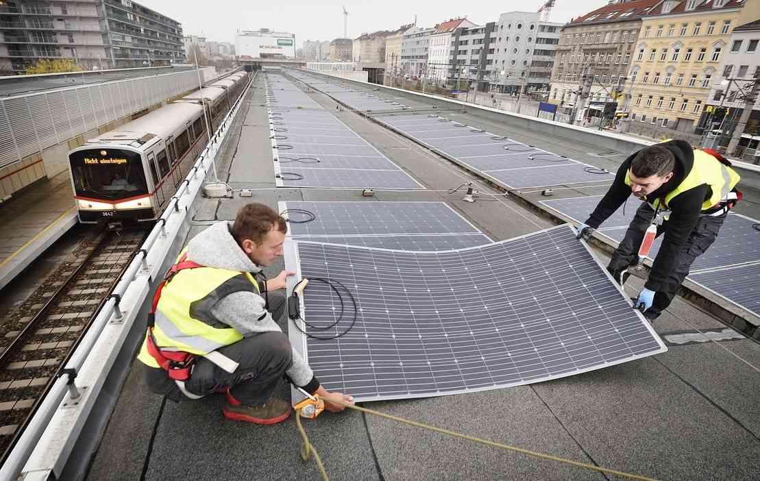 Auf dem Dach der U3 Station Ottakring generieren Photovoltaik-Folien sauberen Strom.