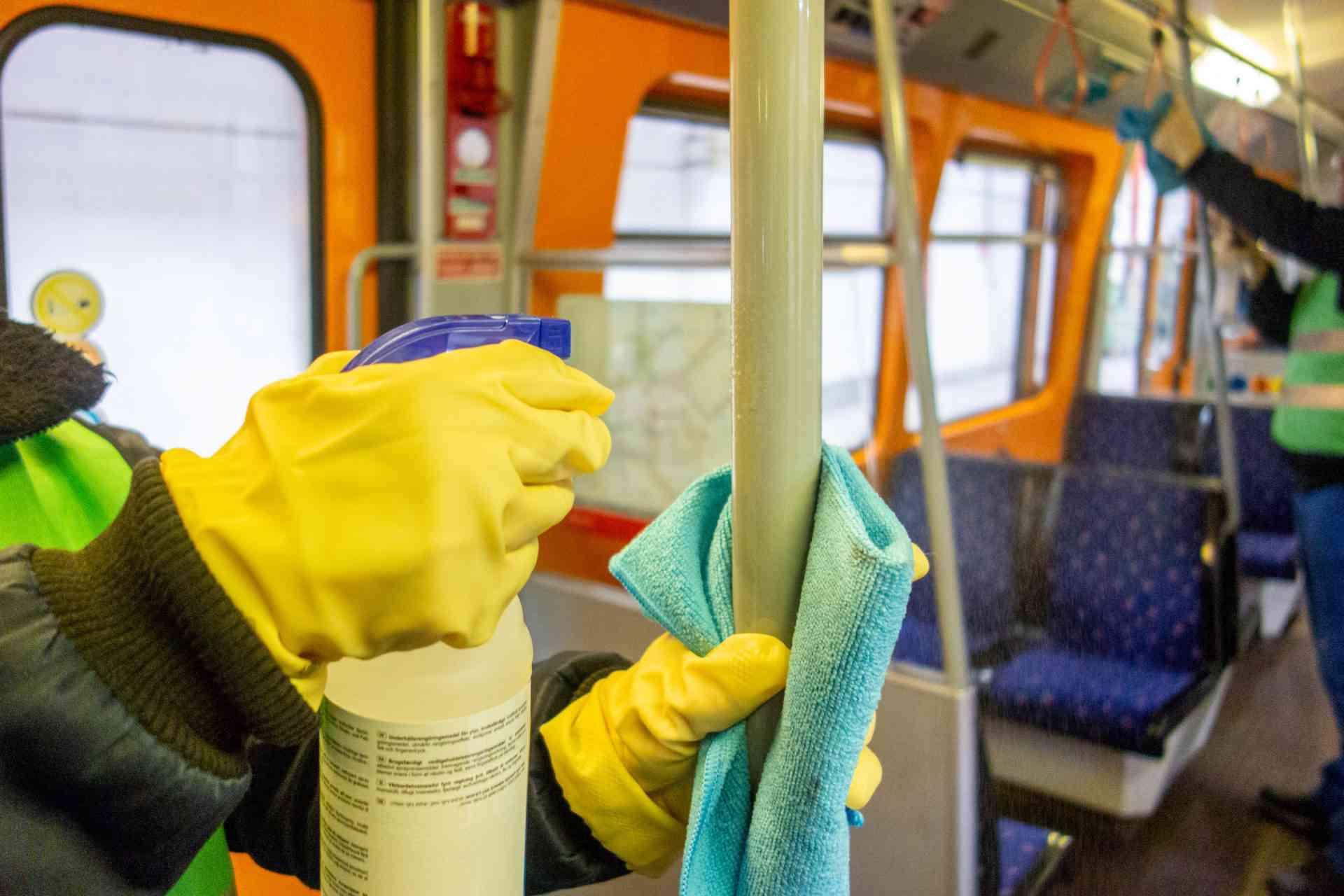 Wir reinigen und desinfizieren täglich alle Stationen und Fahrzeuge sowie alle Flächen, mit denen Fahrgäste in Berührung kommen - also auch Haltegriffe, Haltestangen und Sitzflächen.