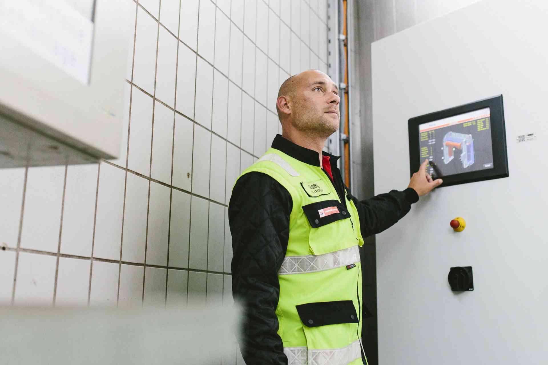 Michael Dörr am Touchscreen der Waschanlage.