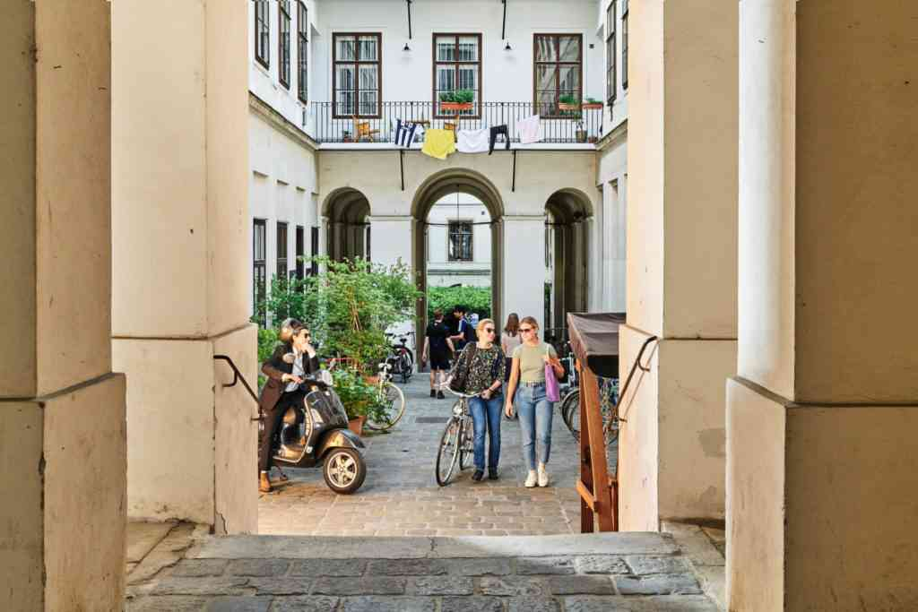 Innenhof Lerchenfelderstraße Neustiftgasse Sommer wie in Italien