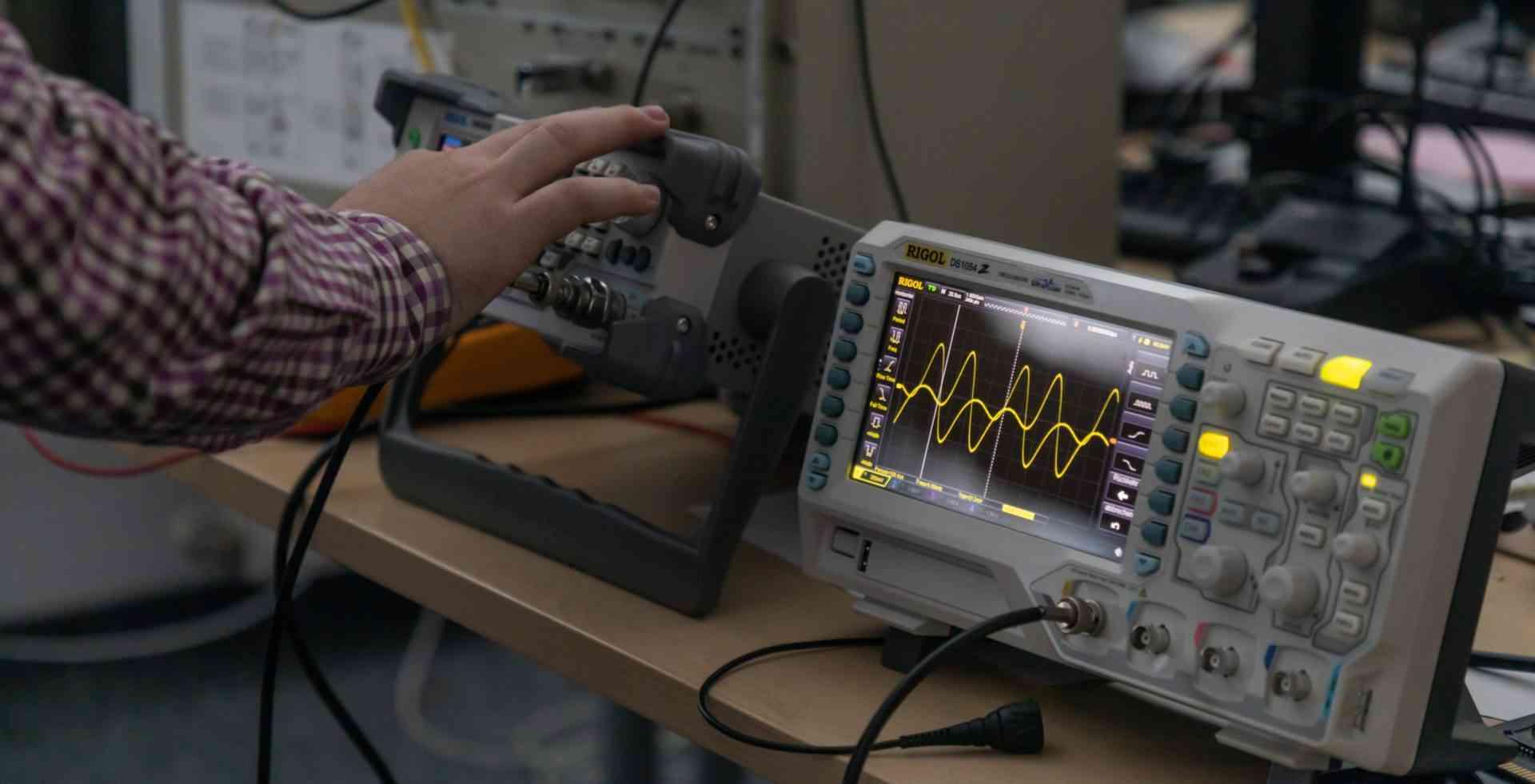 Nachrichtentechnik Oszilloskop und Frequenzgenerator