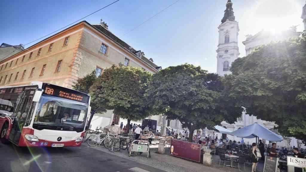 """13A vor der """"Piaristenkirche"""""""