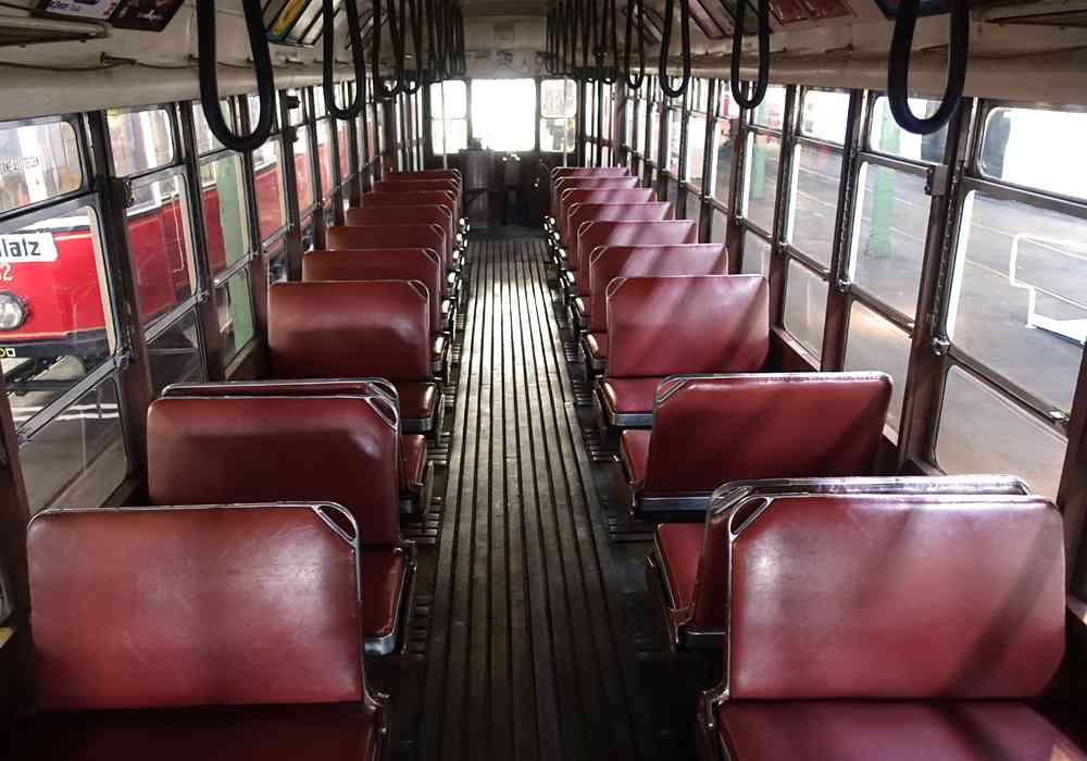 Rote Ledersitze in der Straßenbahn