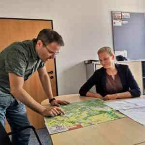 Angebotsplanung ist Detailarbeit: Viktoria Marsch und Erik Sagmeister brüten über Stadtplänen und dem Intervall.